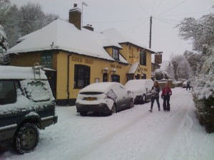Kings_Head_looking_up_Upper_Street_in_snow