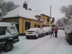 Kings_Head_looking_up_Upper_Street_in_snow